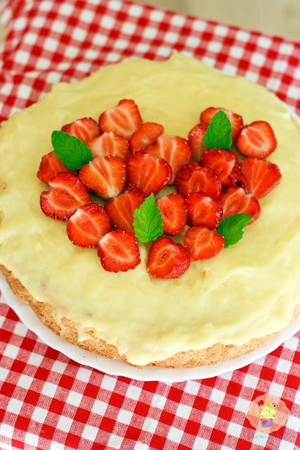 ciasto z budyniem i truskawkami, ciasto z masą budyniową i truskawkami, ciasto z truskawkami przepis, przepis na ciasto z truskawkami