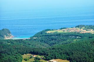Cudillero, Ruta de Las brañas vaqueiras, vista de la playa de San Pedro y Salamir