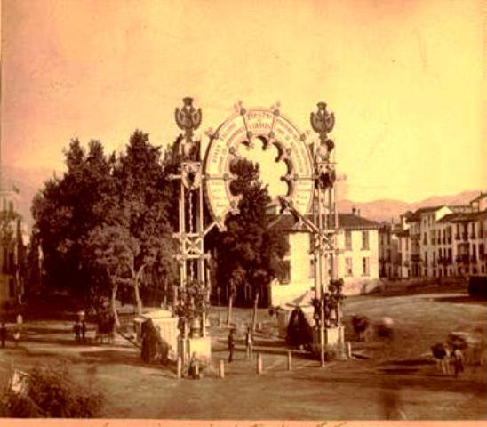 Lugares de granada con encanto monumento a col n for Oficina 1892 banco santander