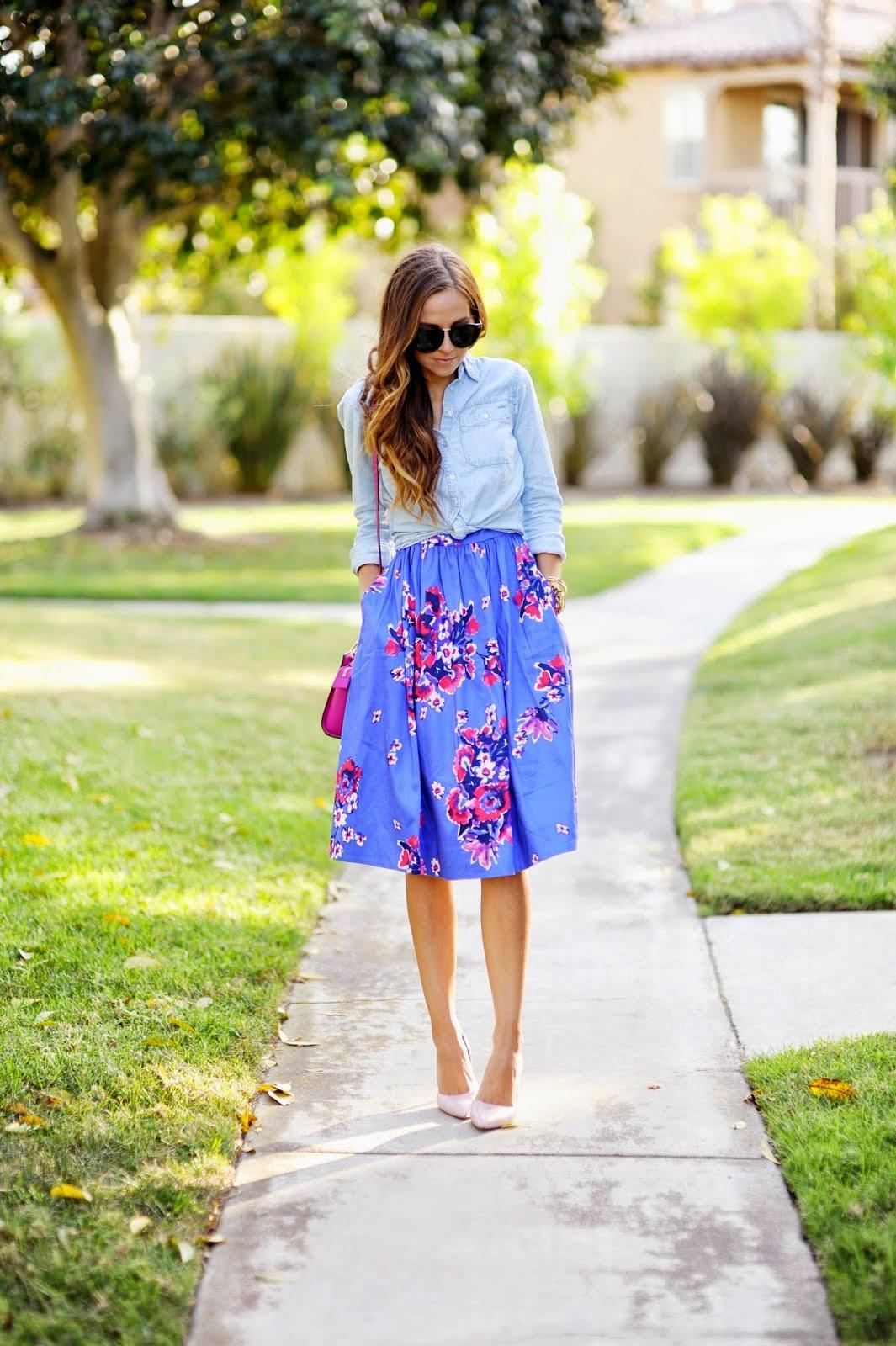 moda feminina, roupas da moda, vestido floral, camisa jeans, bolsa rosa e salto
