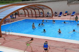 Piscine avec un abri de piscine