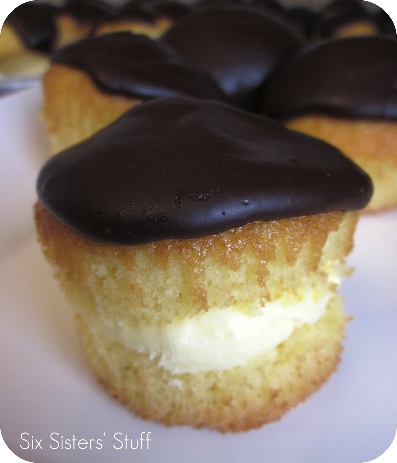 Boston Cream Pie Cupcakes Recipe / Six Sisters' Stuff | Six Sisters ...