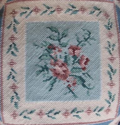 Detalle flores bordadas a medio punto