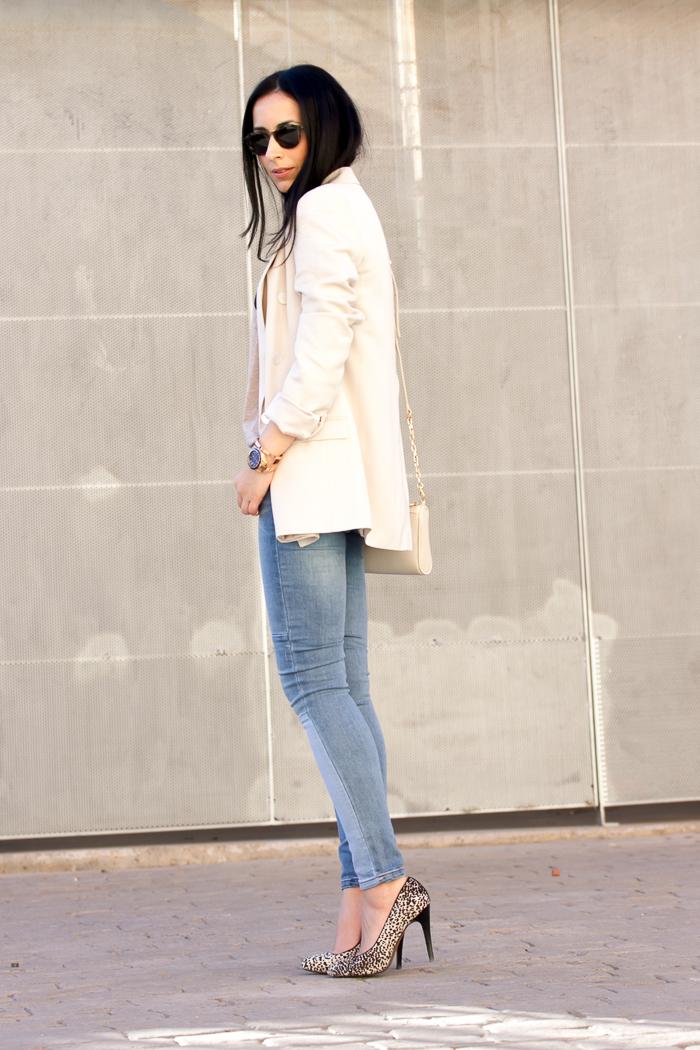 Blogger valenciana con look estilo femenino tendencia pantalones denim vaqueros y zapatos de tacón