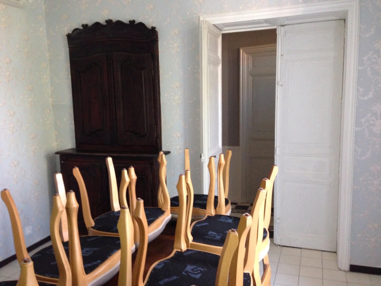 Pr paration des murs et d coration dans une maison de for Deco maison de maitre
