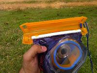 Uma peça de plástisco que se fecha em torno da aba de plastico, que trava e impede que ela abra embaixo da água.