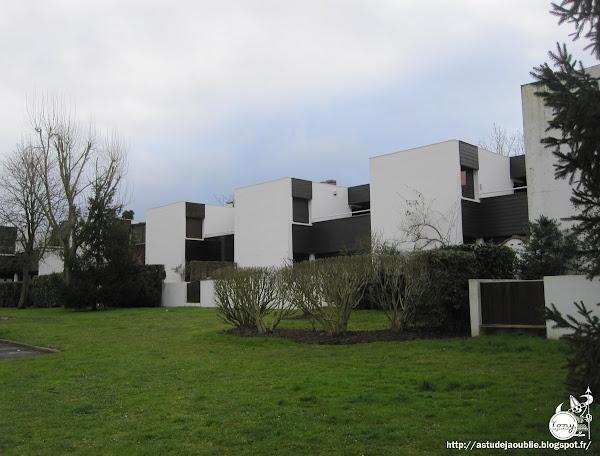 Boussy-Saint-Antoine - Résidence Le Menhir.  Architecte: Heikki Siren (architecte finlandais)  Construction: 1963-1969