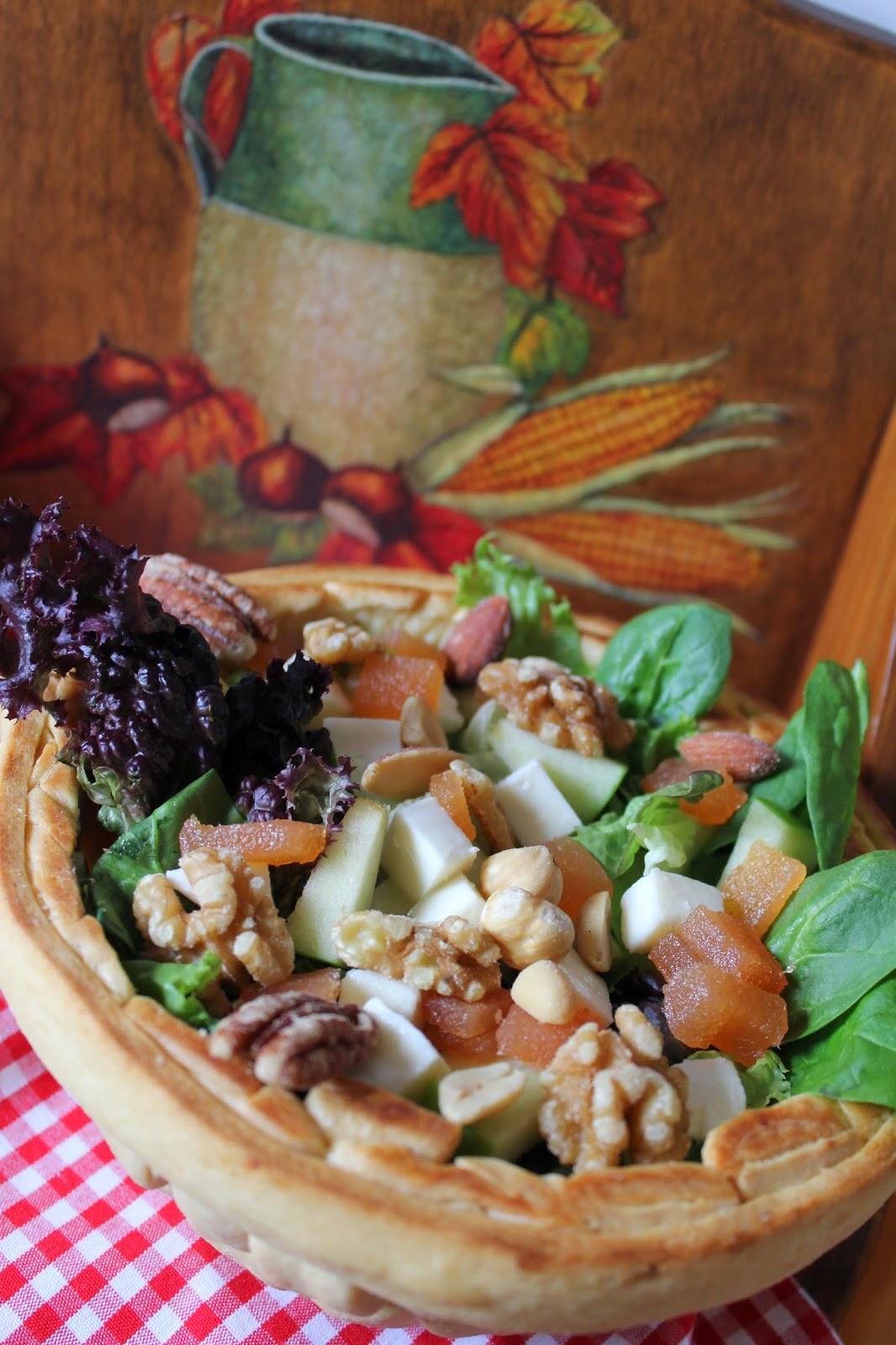cesta-de-pan-y-ensalada-frutos-secos