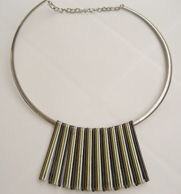 Collar hecho con horquillas. Bobby pins necklace. Collier de épingles à cheveaux