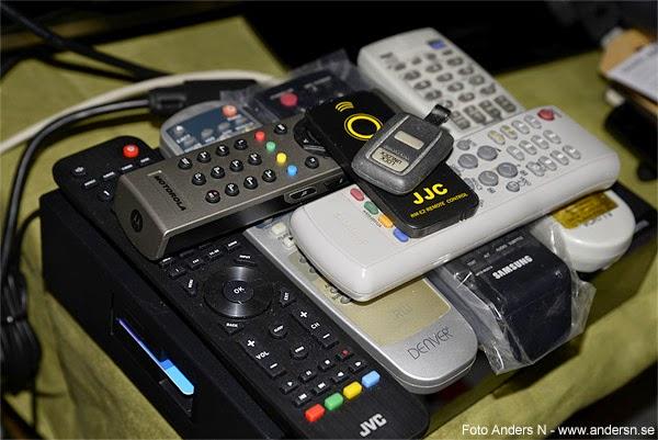 lots of remotes, remote control, remote controls, massor av fjärrkontroller, för många fjärrkontroller, stor hög med fjärrkontroller