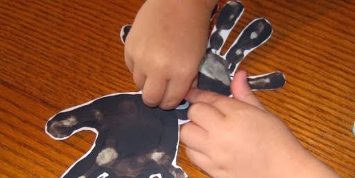 Araña con las huellas de las manos en Recicla Inventa