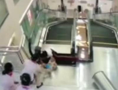 escalera-mecanica-mujer-atrapada