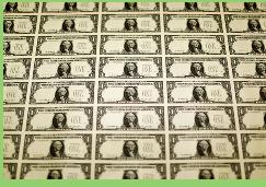 Dólar sigue con senda alcista y se mantiene en máximos niveles en casi seis años