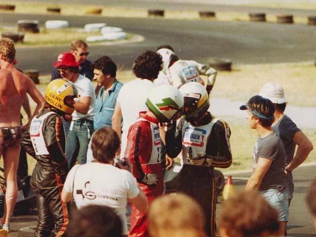 Terry+Fullerton+%2528macac%25C3%25A3o+vermelho%2529+conversa+com+Ayrton+Senna+%2528macac%25C3%25A3o+preto%2529+no+Circuito+de+Jesolo%252C+It%25C3%25A1lia%252C+em+1979%253B+Senna+ainda+corria+com+o+capacete+antigo%252C+cinza+com+detalhes+em+verde+e+amarelo.jpg