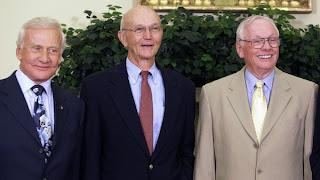 NEIL ARMSTRONG, Edwin Aldrin (kiri) dan Michael Collins (tengah) bergambar di Pejabat Oval di White House, Washington sempena sambutan 40 tahun pendaratan manusia di bulan pada 20 Julai 2009.