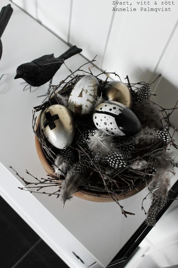 diy ägg, diy, måla ägg, guldspray, svart och vit sprayfärg, spraya ägg, påskägg att göra själv, kors på ägg, korstecken, korstecknet, fågelbo, koltrast, handsnidad fågel, pärlhöns fjädrar, fjädrar att pynta med, dekoration, påsken 2014, vit stringbyrå, pyssel, påskdekoration, vitt, svart, guld, detaljer, details, home, detaljer, dekoration, inredning, inspiration,
