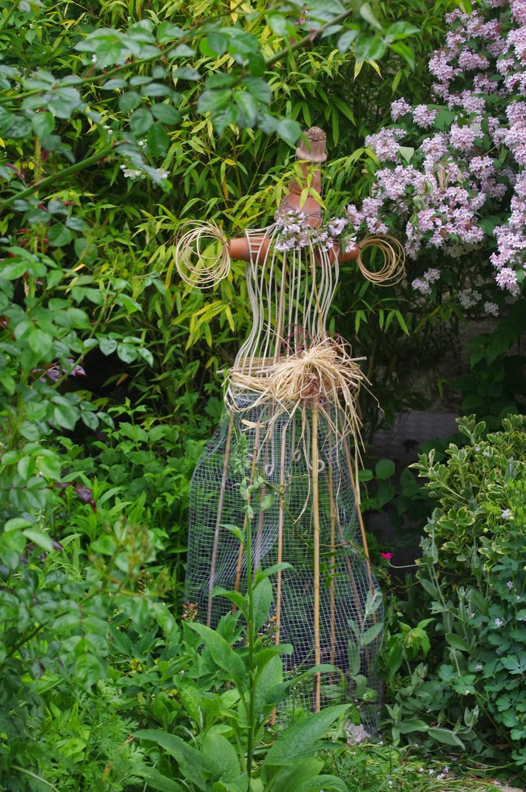 Le jardin des couronnes la gardienne des lieux - Faire peur aux oiseaux jardin ...