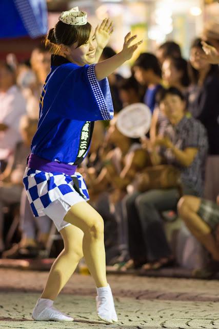三鷹阿波踊り JCNの法被を着た女性の男踊り