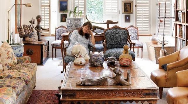 Aranżacja salonu z motywem przewodnim dzieł sztuki odmiennych kultur.