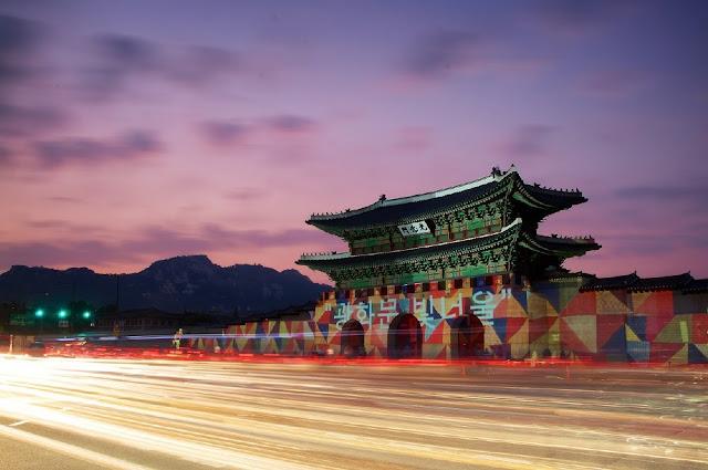 Puerta Gwanghwamun de Seúl iluminada de noche