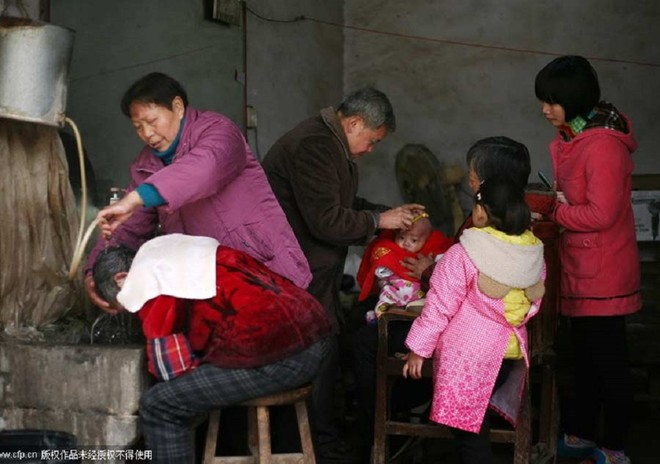 Nghề cắt tóc bằng kẹp sắt nóng ở Trung Quốc 3