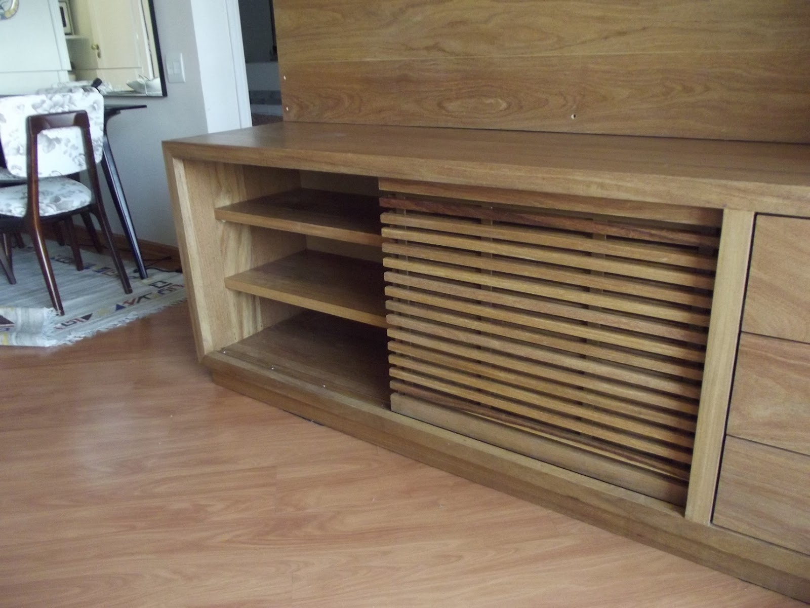 EM MADEIRA MACIÇA E MOVEIS SOB MEDIDA: Rack e painel em madeira  #644C39 1600x1200