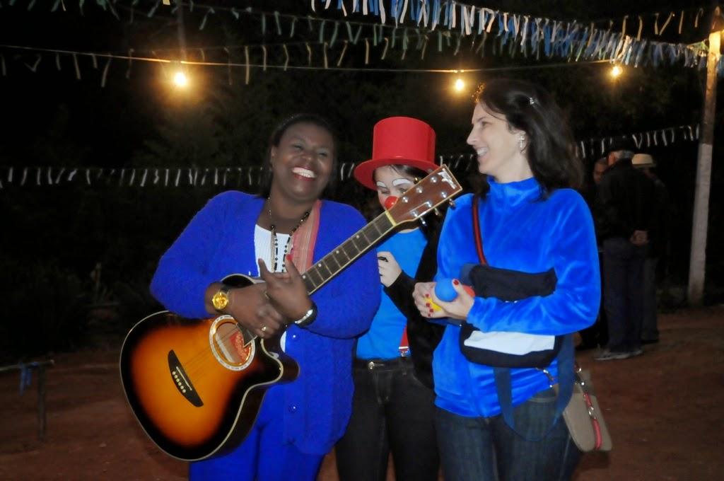 A cantora e repentista Wanda Pinheiro, com alunos do curso de circo