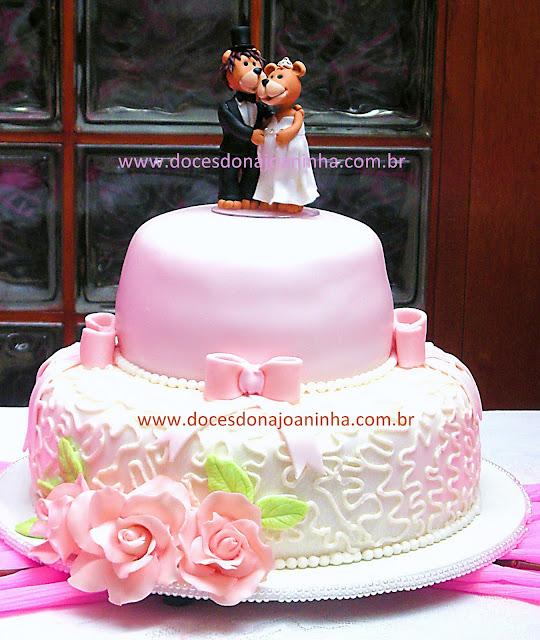 bolo-de-casamento-com-rosas-e-topo-de-noivinhos-leão-e-leoa-grávida
