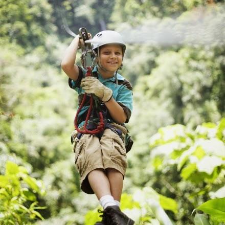 Enfants dans un parcours accro-branches