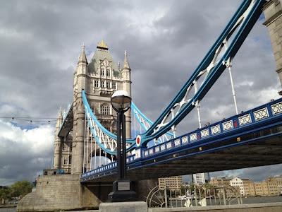 El Tower Brigde o Puente de la Torre es el puente levadizo característico de la ciudad de Londres. Cruza el Río Támesis y está ubicado muy cerca de la Torre de Londres, la que le da el nombre a este famoso puente.