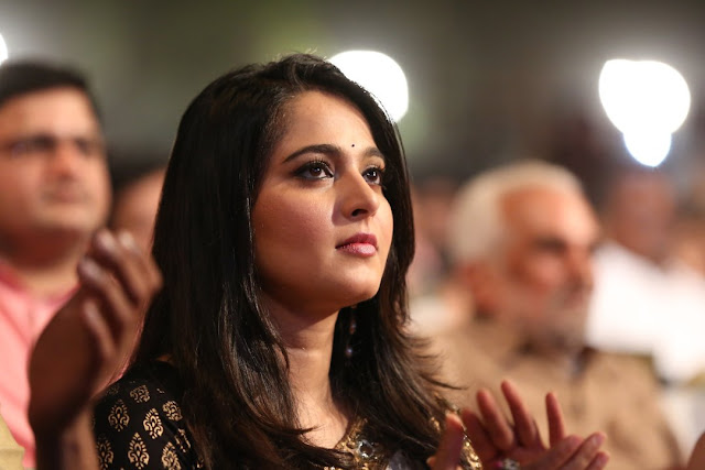 Anushka Shetty looks ever so gorgeous in Black Blouse White Saree