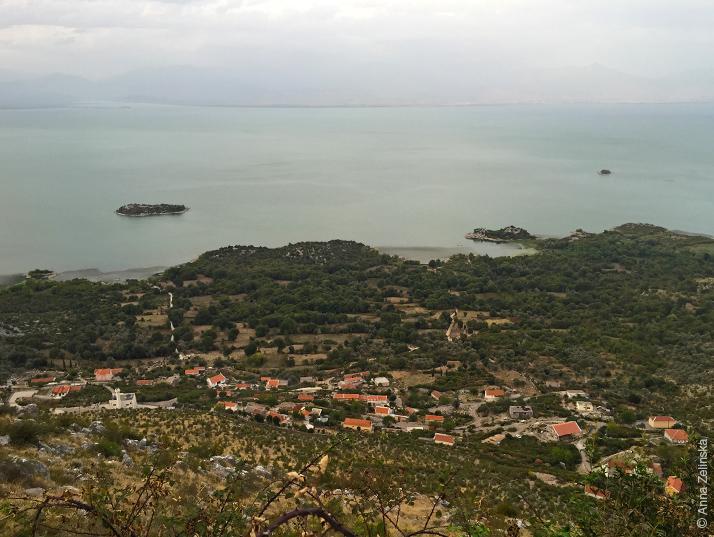 Вид на Садарское озеро и поселки, Черногория