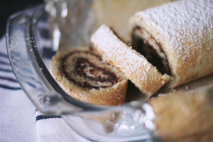 Рулет с шоколадным ганашем и взбитыми сливками