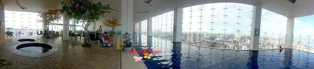 kolam renang hotel aston makassar