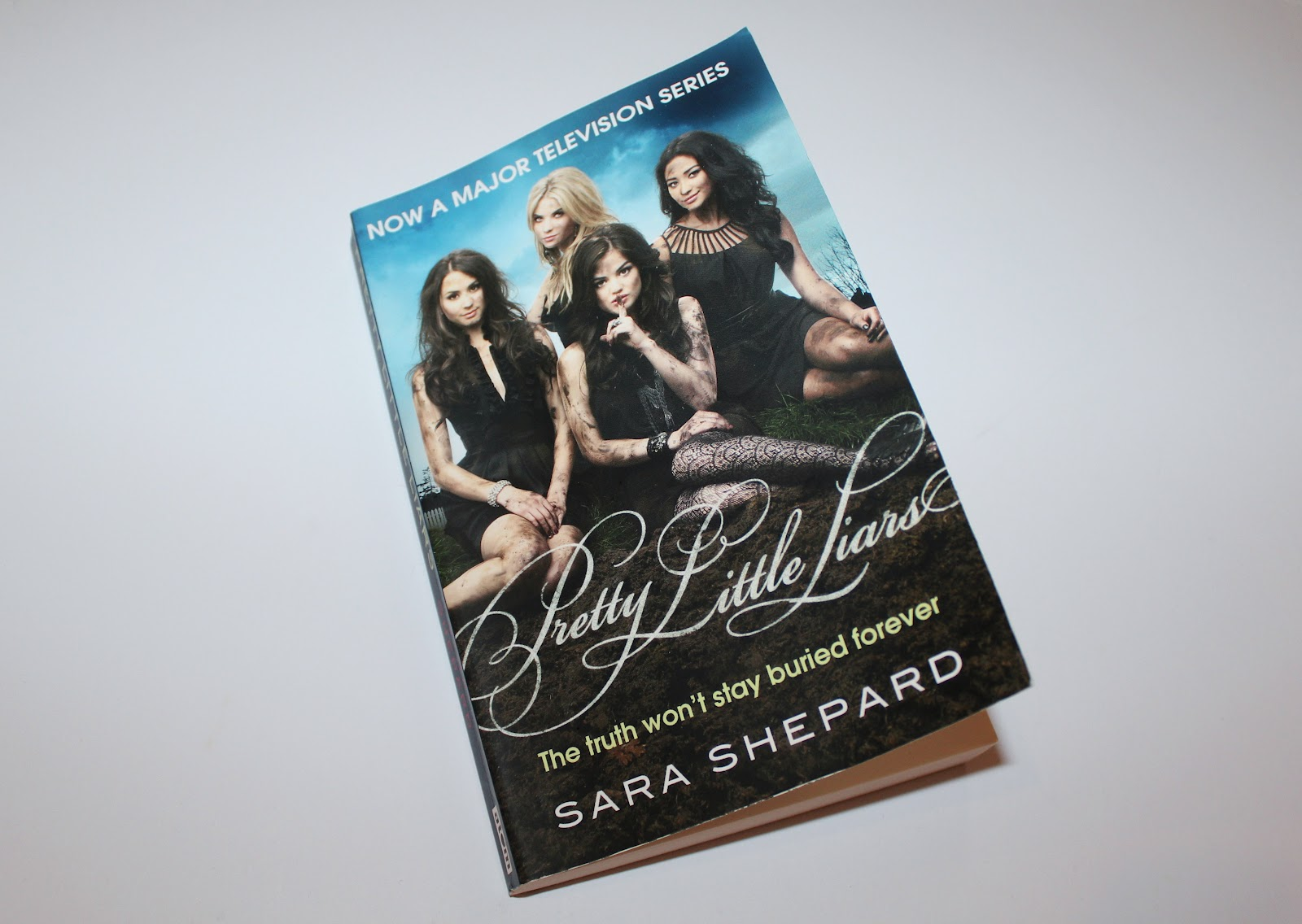 Pretty Little Liars First Book Cover ~ Courtesy of mils pretty little liars book series