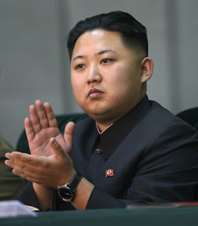 Kim Jong-un aplaudiendo
