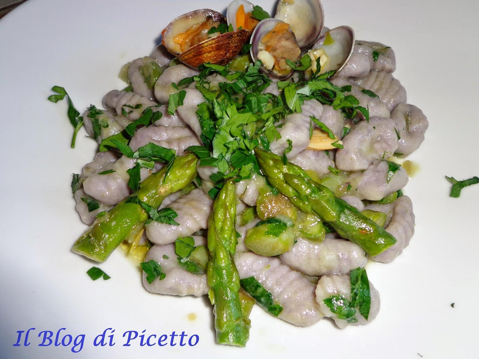 gnocchi di patate violette conditi con asparagi e vongole veraci