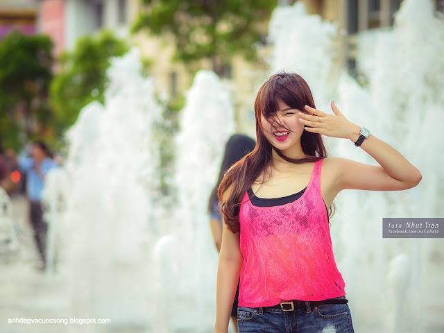Hot girl Hoài Thiên dao phố đi bộ Nguyễn Huệ