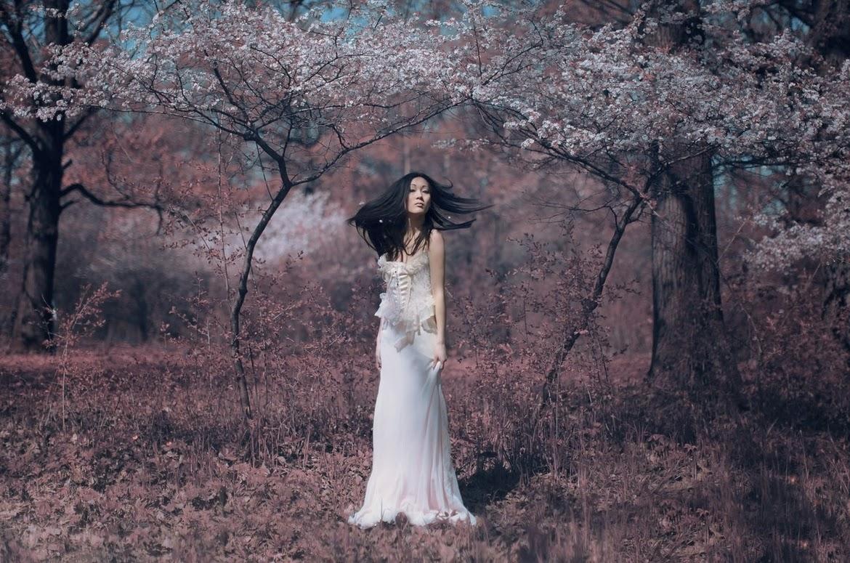 photo de Katerina Plotnikova d'une jeune femme asiatique en raobe blanche dans la nature