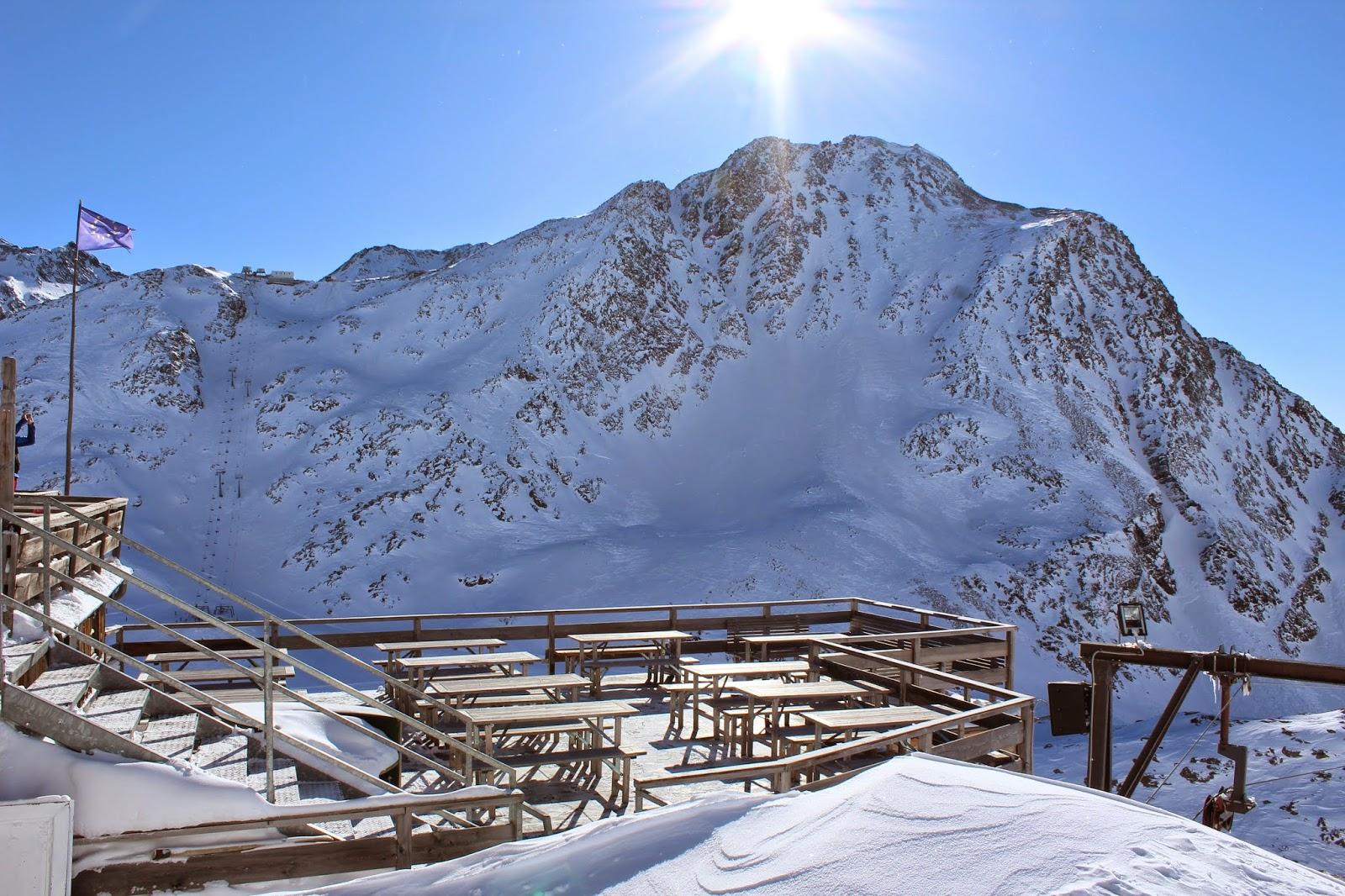 taras na szczycie lodowca,grawand taras widokowy, piękny widok góry,drewniany taras