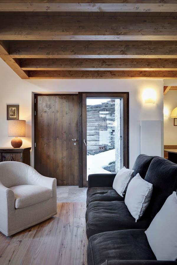 fotografia del saloon y la puerta de entrada de madera