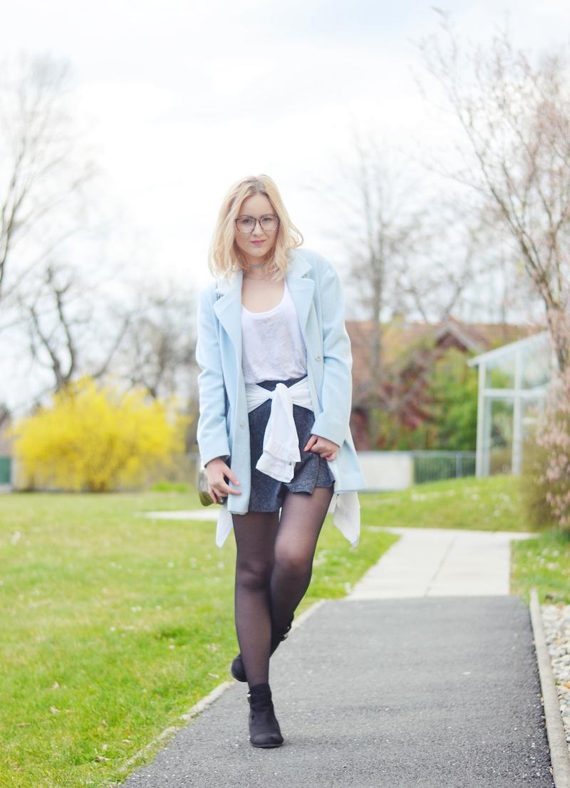 Outfit_hellblauer_Mantel_grauer_Skaterrock
