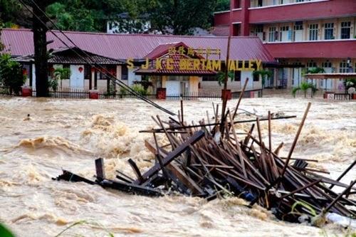 Banjir, kesan banjir cetus wabak penyakit, punca tanah runtuh dan banjir, banjir undang banyak penyakit, wabak penyakit akibat banjir, mangsa banjir, Banjir hanyutkan kereta lebih 1 kilometer, bencana alam banjir