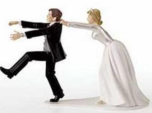 novio huyendo de la novia en la boda