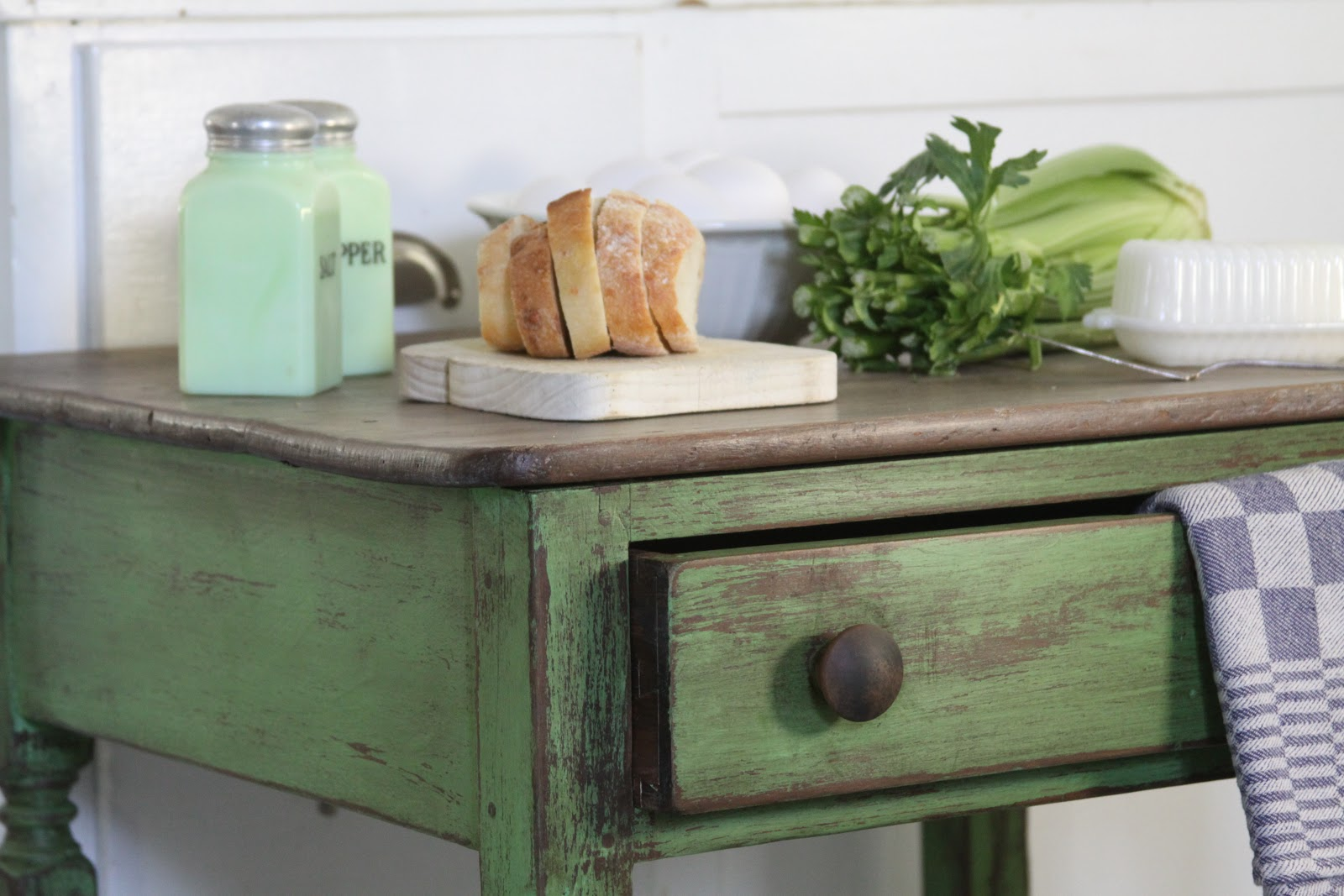 the vintage bricoleur: Annie Sloan Chalk Paintu00ae Inspired Table