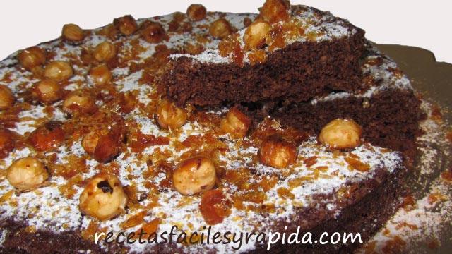 Tarta fácil de chocolate con avellanas y crujiente garrapiñado