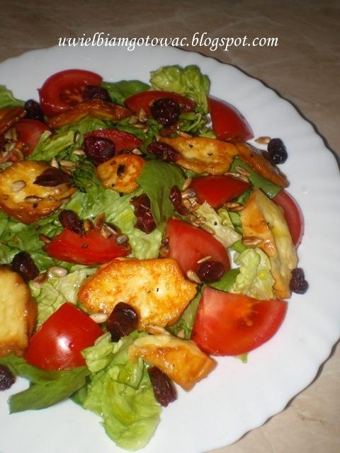 Sałatka z oscypkiem, pomidorem i suszoną żurawiną