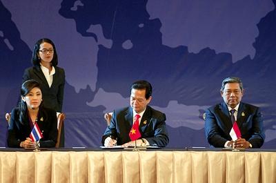 Thủ tướng Nguyễn Tấn Dũng ký Tuyên bố về Cộng đồng ASEAN và bên cạnh luôn là Nữ thủ tướng Thái Lan Xinh đẹp