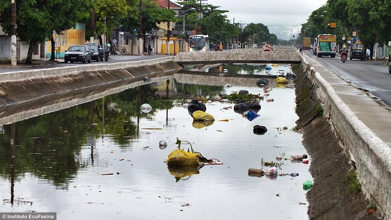 Os canais de Santos ainda recebem muito esgoto proveniente de ligações clandestinas na rede pluvial