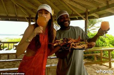 sofia vergara en el caribe tomando un trago